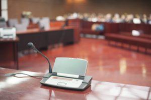 Gerichtsdolmetscher bei der Arbeit während eines Gerichtsverfahrens