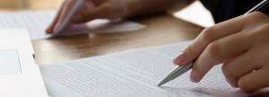 Korrektoren prüfen die Vorlagen auf Rechtschreibung, Typografie, Grammatik, Stil und sachliche Richtigkeit.