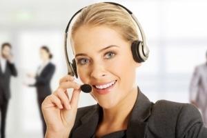Dolmetscher mit Headset beim Telefondolmetschen